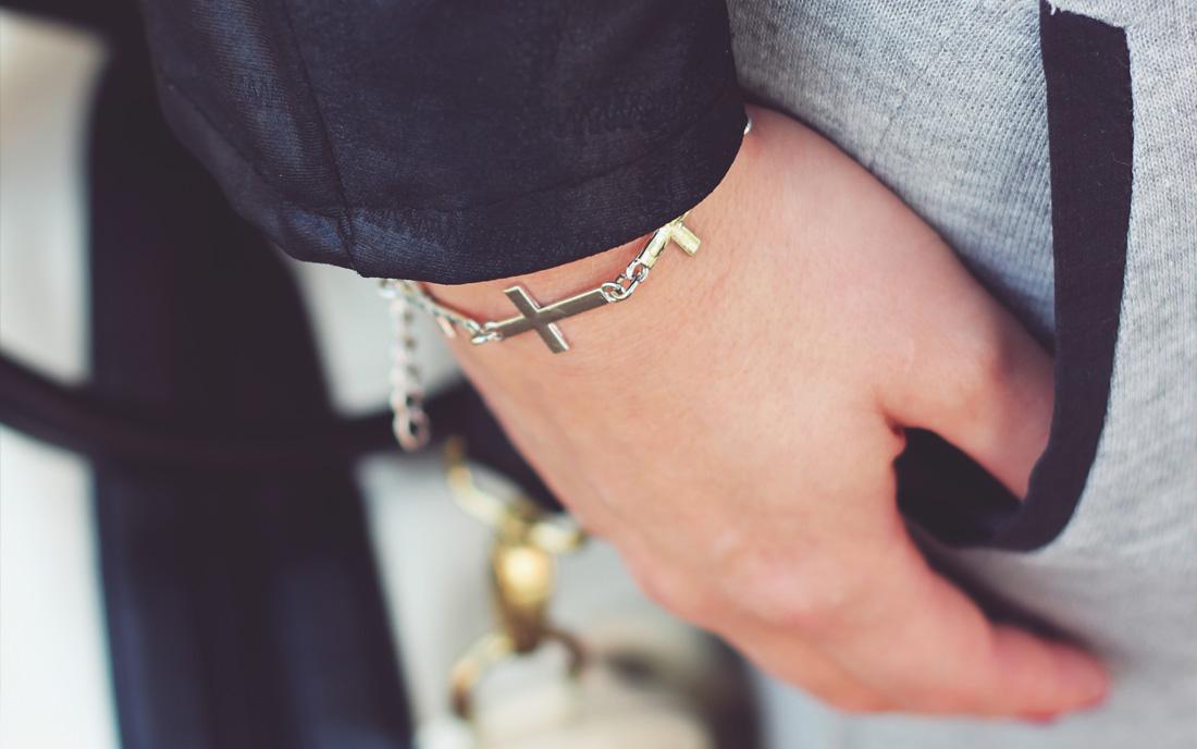 krzyżyk bransoletka ręka kobieta