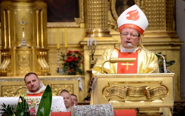 Bp Grzegorz Ryś wygłasza kazanie podczas czuwania Noc zamieniona w moc miłosierdzia w Warszawie