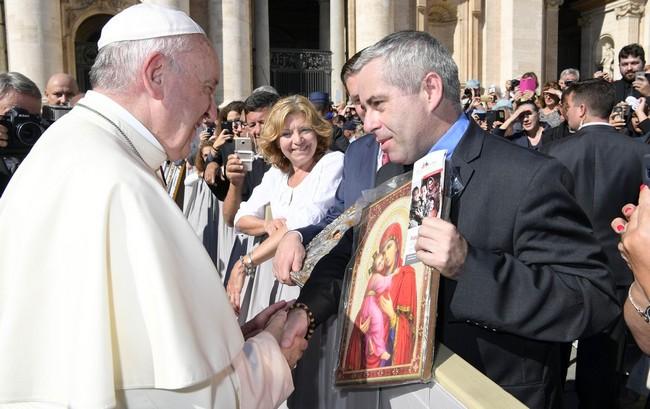 Papież Franciszek i dyrektor Caritas Polska